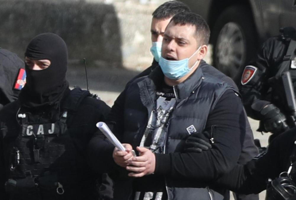 POGLEDAJTE, POLICIJA DOVELA VELJU NEVOLJU NA STADION PARTIZANA: Sprovode ga SAJOVCI, u ruci drži papir! (KURIR TV)