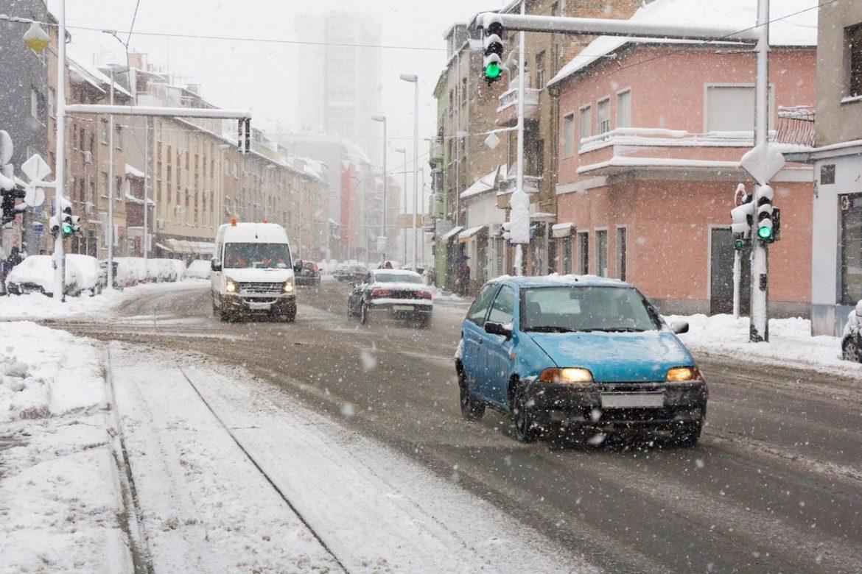 Vožnja po snegu i ledu: Ova PRAVILA mora da zna svaki vozač