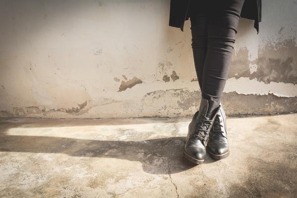 VOJNIČKE ČIZME POSTALE SVETSKI HIT: Slažu se uz pantalone, ali i SUKNJICE! Više ih ne nose samo PANKERI (FOTO)