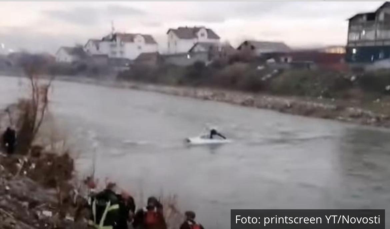 JEZIV SNIMAK DRAME U NIŠU: Čovek na krovu automobila kuka na sav glas i moli za pomoć! Uleteo u reku, a ne zna da pliva (VIDEO)