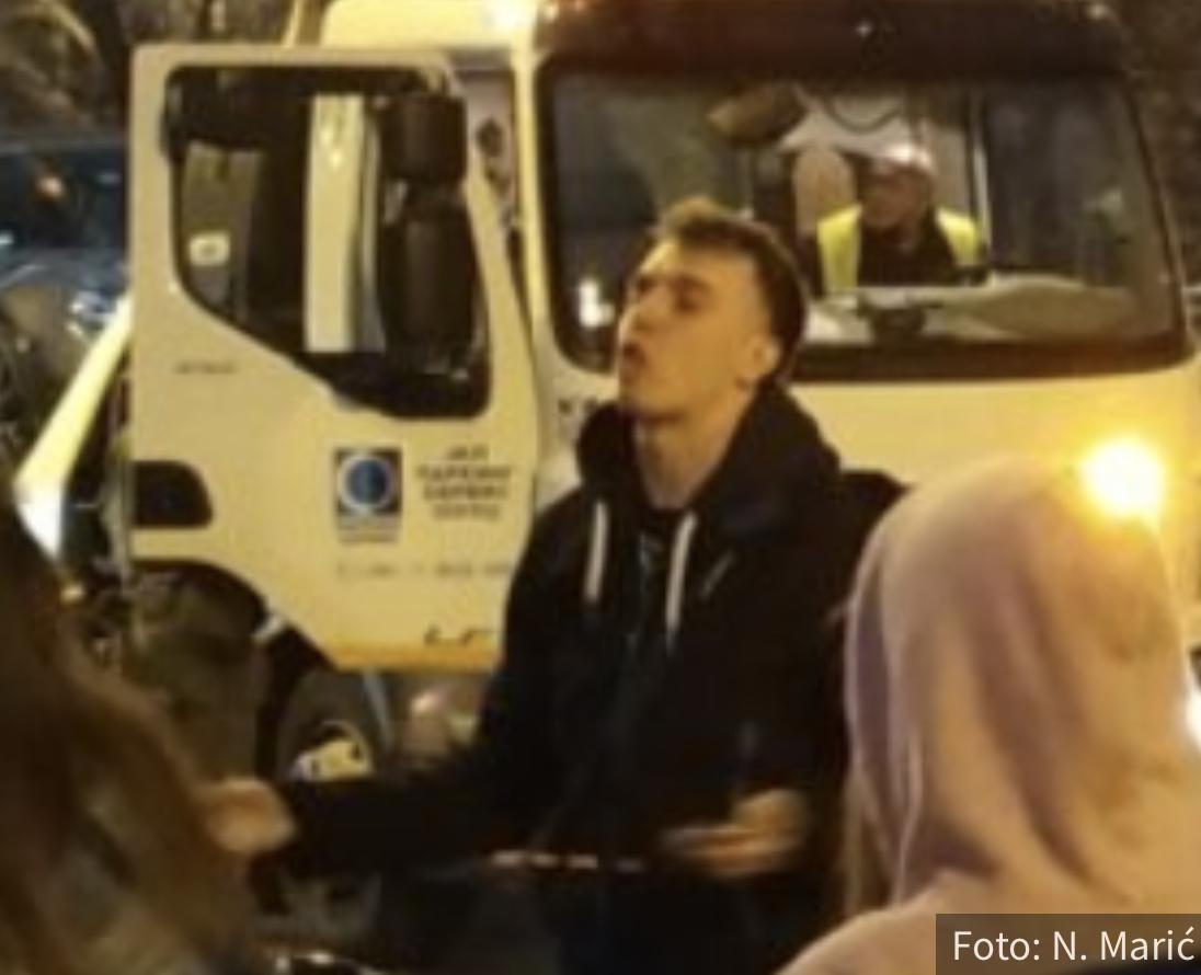 PRIVEDEN Baka Prase! Presretač ga zaustavio pa odveo u stanicu, deca viču za njim (FOTO)