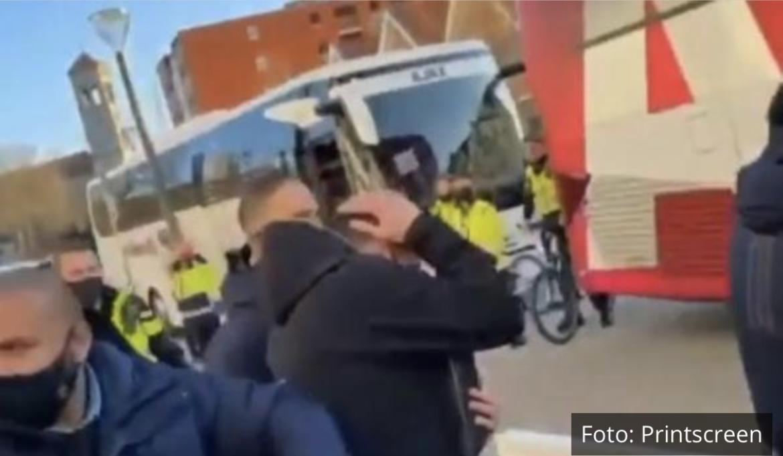 SKANDAL! SRBIN U NAPADU NAVIJAČA POGOĐEN U GLAVU: Dušan Tadić morao da beži u autobus! VIDEO
