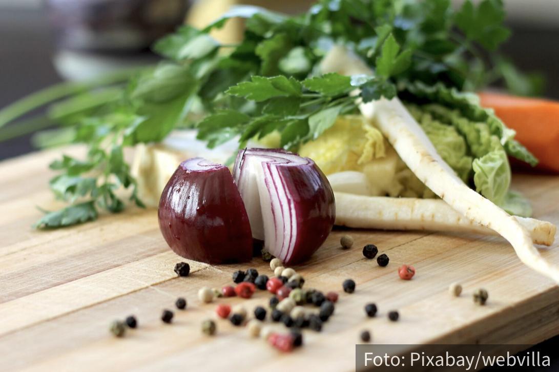Stručnjaci navode: 5 razloga zbog kojih je DOBRO da svakog dana jedete crveni luk