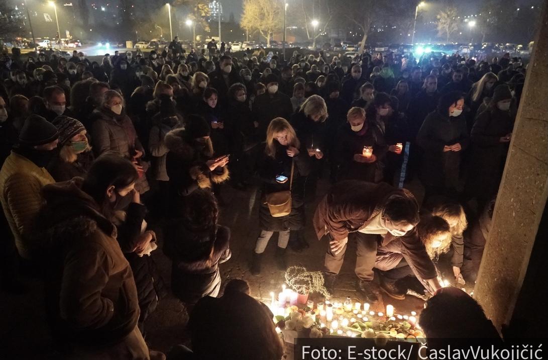 EMOTIVNE SCENE ispred Sava Centra: Beograđani pale sveće za pokoj duše Balaševića (VIDEO)