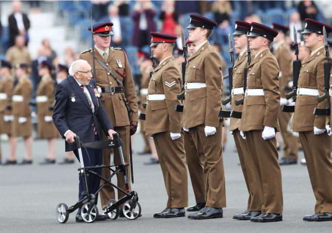 UMRO LEGENDARNI TOMAS MUR: Bio je vitez Britanskog kraljevstva, njegov gest iz 2020. pamtiće ceo svet (FOTO)
