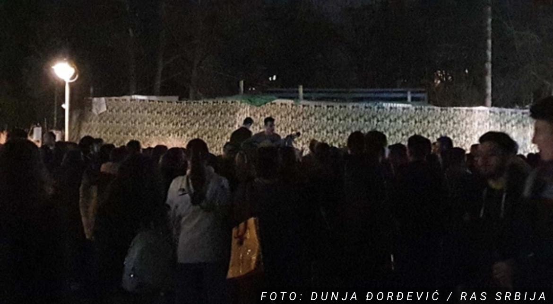ŠTA TO BEŠE KORONA? Grupa mladih organizovala ŽURKU na Kalemegdanu, pevaju i sviraju u danu kada je bitku sa kovidom izgubilo 37 ljudi (VIDEO)