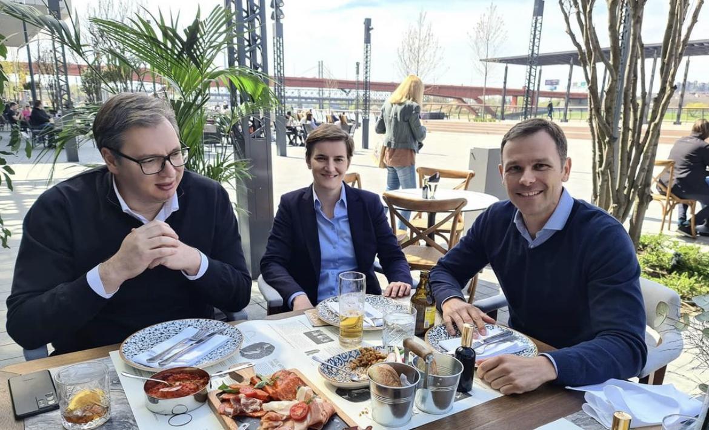 Predsednik Vučić uživa u lepom danu sa prijateljima na Promenadi