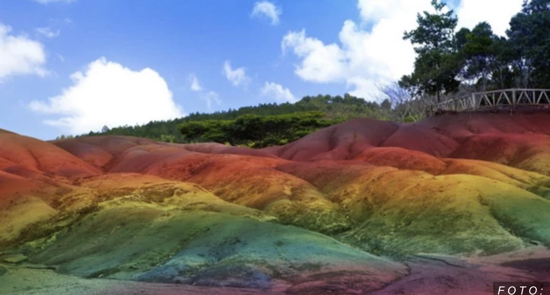 Psihodelična pustinja je ČUDO PRIRODE i neviđena atrakcija u svetu: Pesak se PRELIVA U 7 BOJA (VIDEO)