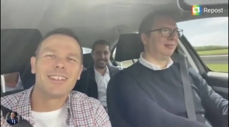 PREDSEDNIK VOZI MINISTRE: Ministar Mali i Momirović uživaju u predsednikovoj vožnji
