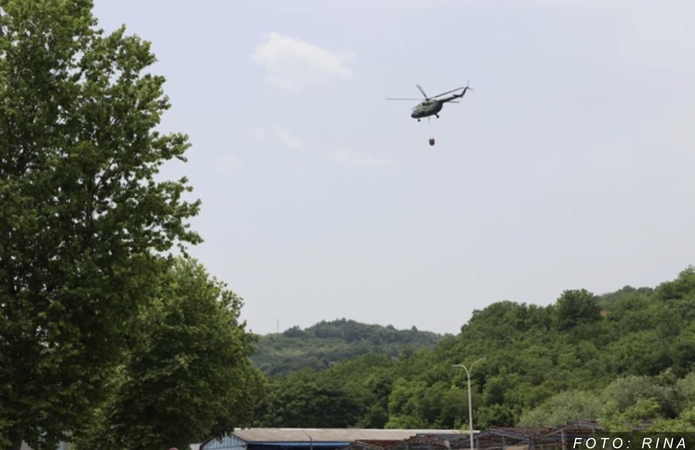 """HELIKOPTERIMA NA TINJAJUĆU VATRU: Vojne letelice gase ostatke požara u """"Slobodi"""", demineri ušli u magacin baruta (FOTO)"""