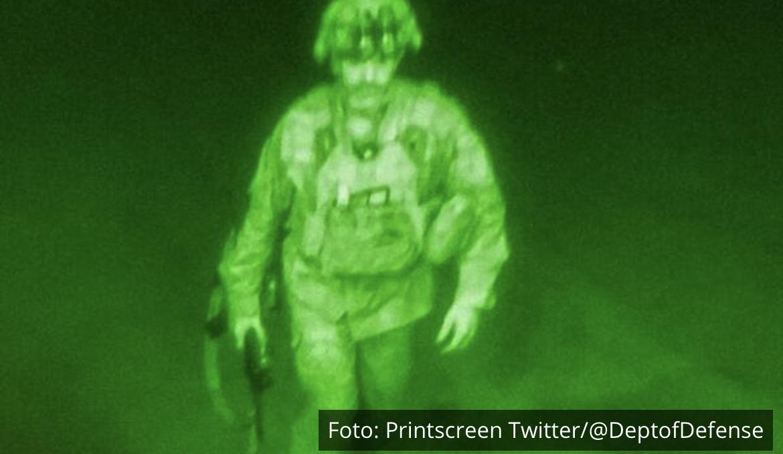 POSLEDNJI JE NAPUSTIO AVGANISTAN: Slika američkog vojnika obilazi svet! Poslednji trenuci SAD u zemlji u kojoj su bili 20 godina