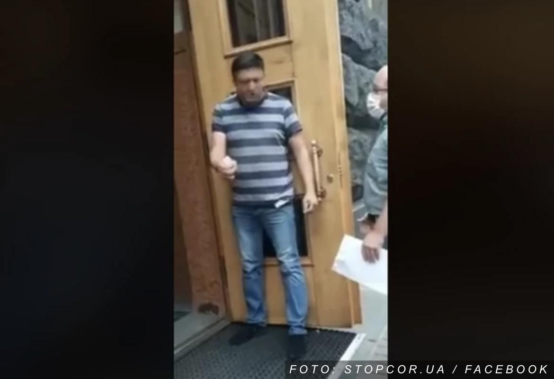 """DRAMA U KIJEVU Muškarac uneo bombu u zgradu ukrajinske vlade, preti da će je aktivirati: """"Sam neću izaći živ odavde"""" (VIDEO)"""