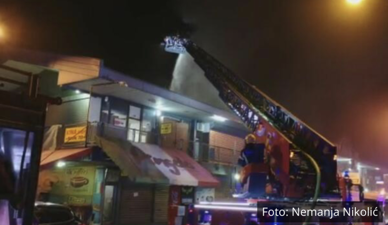 PRETI KATASTROFA U KINESKOM TRŽNOM CENTRU U BLOKU 70! Upravo je BUKNUO VELIKI PLAMEN, vatrogasci gase odozgo (VIDEO)
