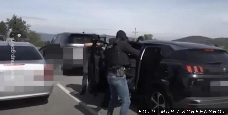 """""""OVAJ OBJEKAT VIŠE NIJE TVOJ, SAD JE NAŠ!"""" U filmskoj akciji uhapšeni suspendovani policajac i pripadnik BIA koji su maltretirali VLASNIKA KAFANE (VIDEO)"""