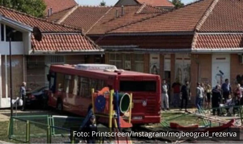PRVE SLIKE NESREĆE U ZEMUNU: Gradski autobus na liniji 45 uleteo na igralište, među povređenima i dete VOZAČ POBEGAO