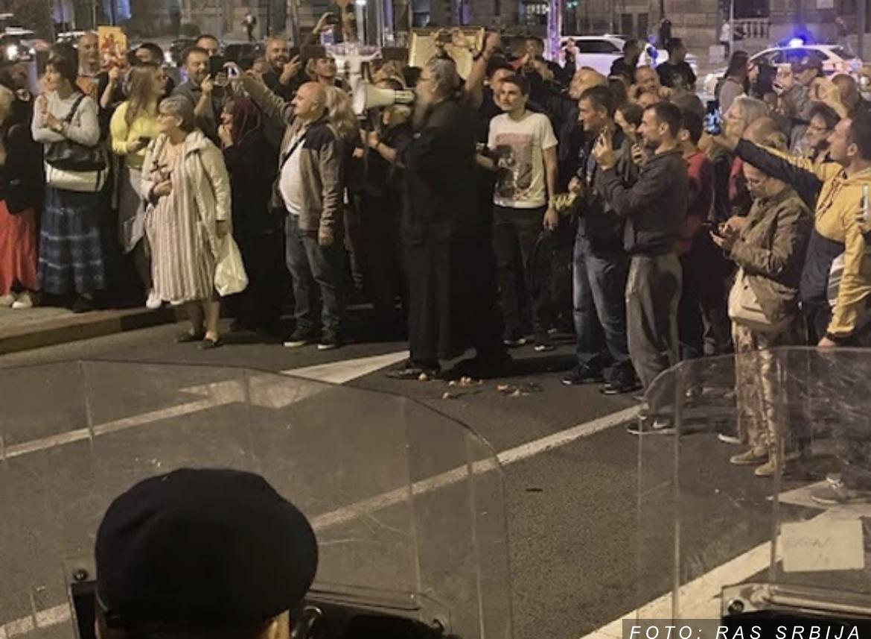 GRUPA PROTESTANATA NASTAVILI NEMIRE ISPRED VLADE Raspop Antonije gađao policiju i novinare jajima (FOTO)