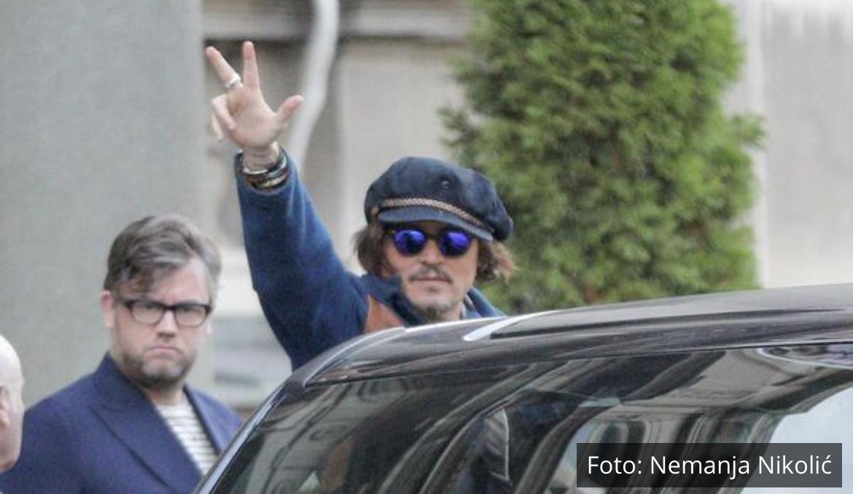 SRBENDA! DŽONI DEP NAKON SASTANKA S VUČIĆEM ODUŠEVIO: Holivudski glumac podigao TRI PRSTA! (FOTO)