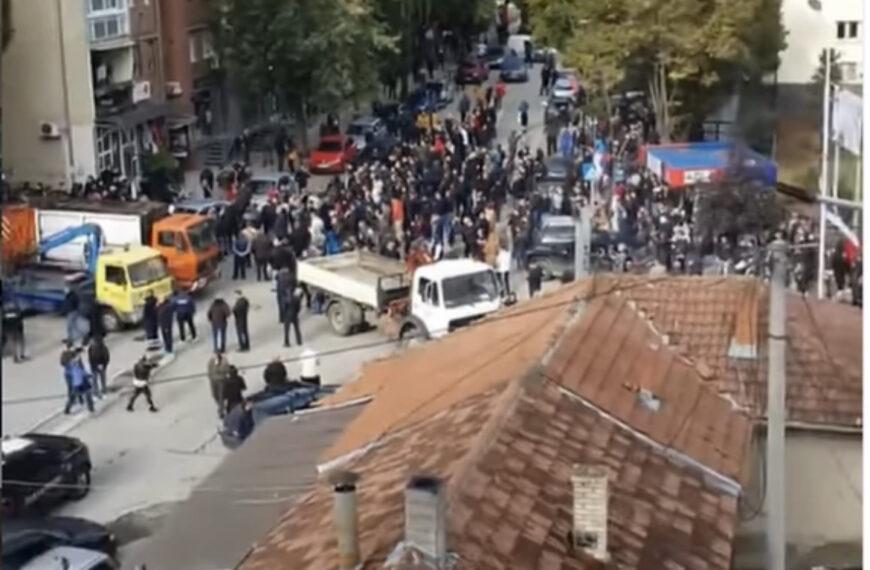 PRVI SNIMCI IZ KOSOSVKE MITROVICE Kosovska policija koristi šok bombe i suzavac, građani blokirali ulice (FOTO/VIDEO)