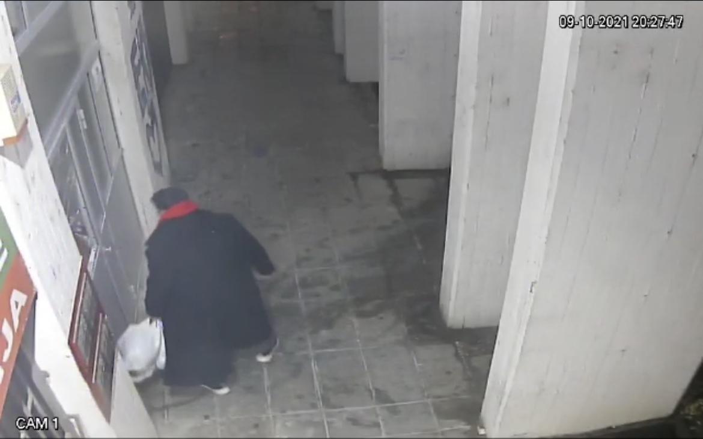 """URENEBESNO! Pogledajte kako izgleda kada se muškarac iznervira i """"pogura"""" sa vratima /HIT VIDEO/"""