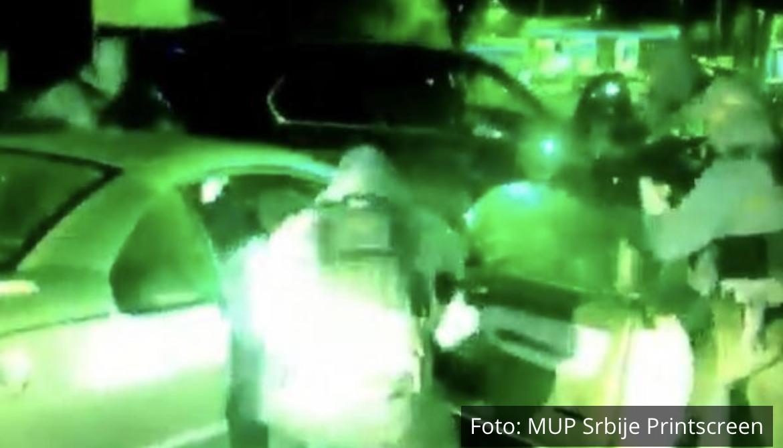 NOĆNA AKCIJA KAO NA FILMU, SVE SE ODIGRALO U SEKUNDI: Pogledajte kako ga je BG policija s noćnim vizirima izvukla iz kola (VIDEO)